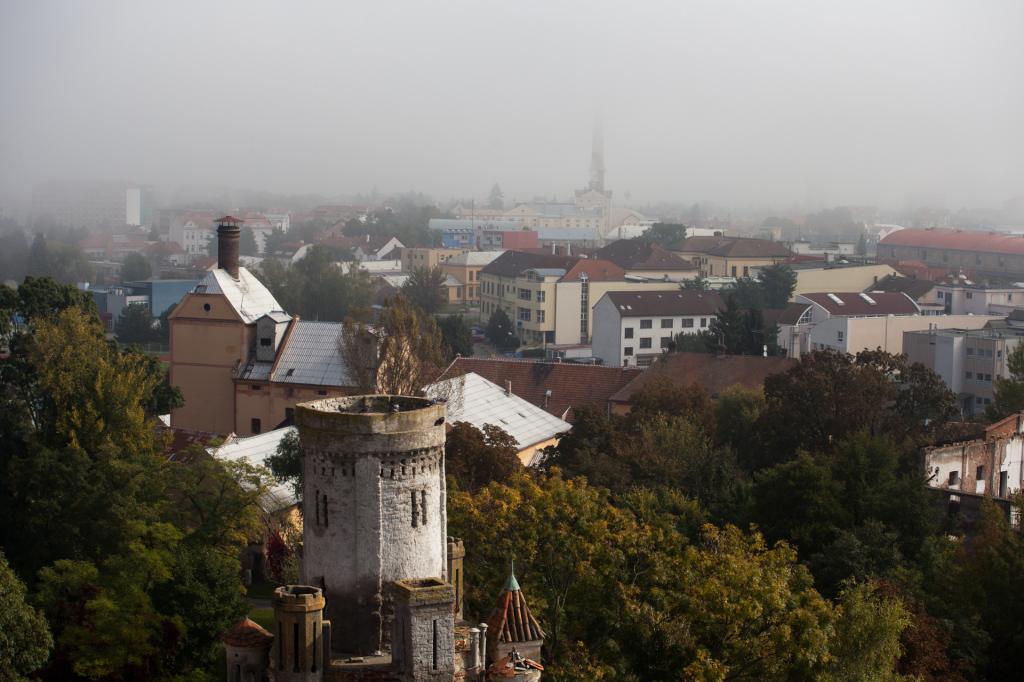 Pohled na opačnou stranu - náznak komínu cukrovaru a východní věž zámku.